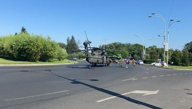 Американский вертолет совершил аварийную посадку в центре Бухареста (видео)