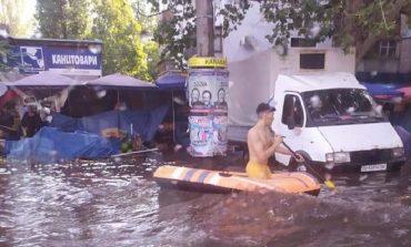 Затопленные улицы и плывущие машины: Одессу накрыла стихия