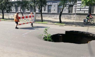 В Одессе на Пироговской образовался огромный провал - движение перекрыто