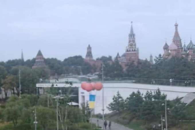 В Москве флешмобом отпраздновали День государственного флага Украины (видео)