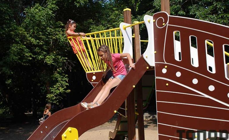 В Болградском парке открыли детскую игровую площадку