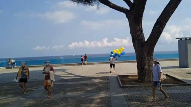 В преддверии Дня независимости над Крымом запустили украинский флаг (фото)