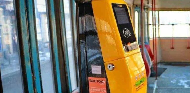 В одесских трамваях и троллейбусах теперь можно оплатить проезд картой
