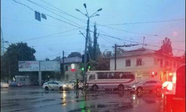 В Одессе маршрутка врезалась в столб: из-за аварии приостановлены пять трамвайных маршрутов